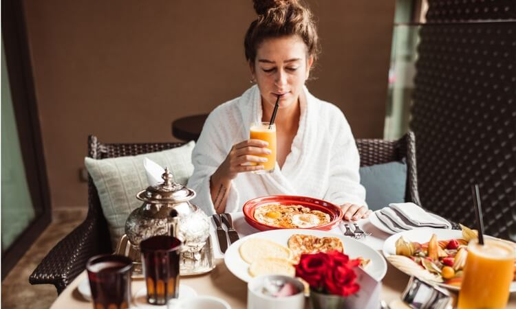What To Wear For Breakfast In A Hotel